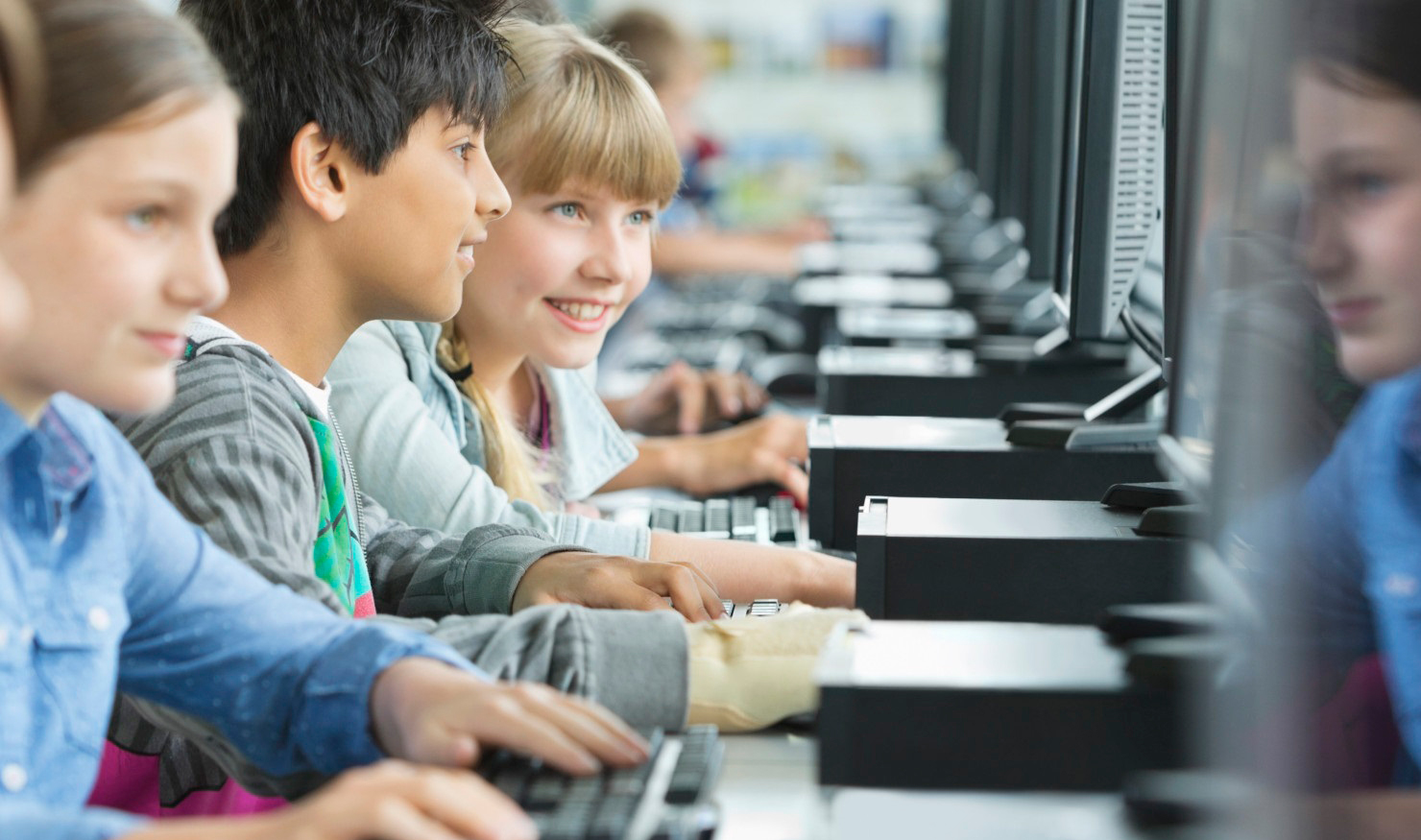 Estudiantes usando ordenadores