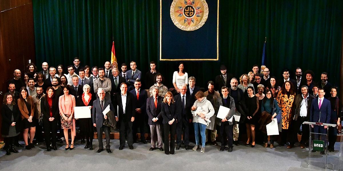 El rector de la UNED y los presidentes de los distintos tribunales, junto a los galardonados en los Premios del Consejo Social de la UNED 2017